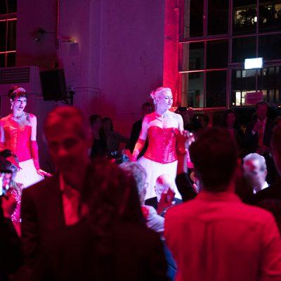 Les Welcome, échassiers lumineux, au milieu des invités