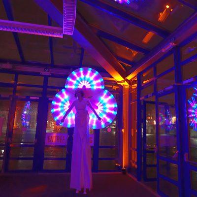 Jeux de lumière sur échasses et sur verre