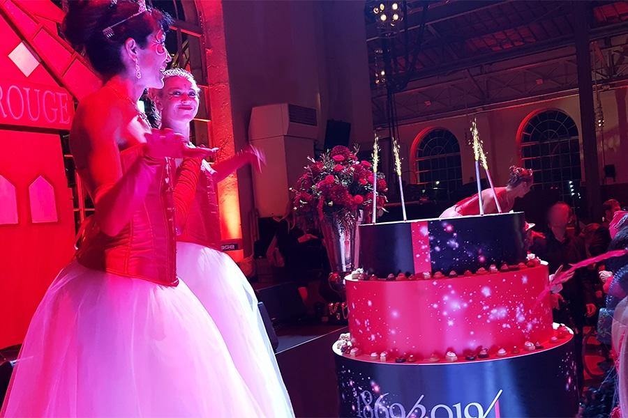 Les Welcome, échassiers lumineux, pour un anniversaire tout rouge