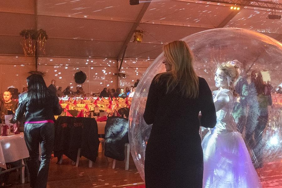 Une invitée se fait photographier avec une danseuse bulle
