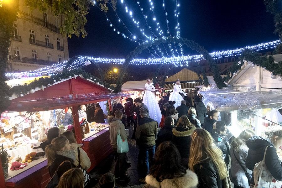 Nantes, le marché de Noël avec des échassiers lumineux