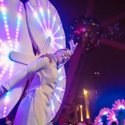 Une Nymphéa, échassier lumineux, porte l'Atomium