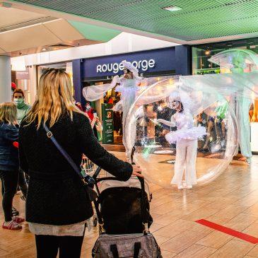 Nos échassiers lumineux jouent en centre commercial à Noël