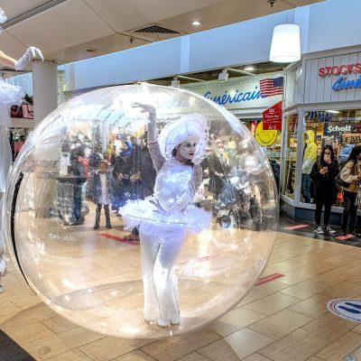Danseuse-bulle dans une galérie commerciale