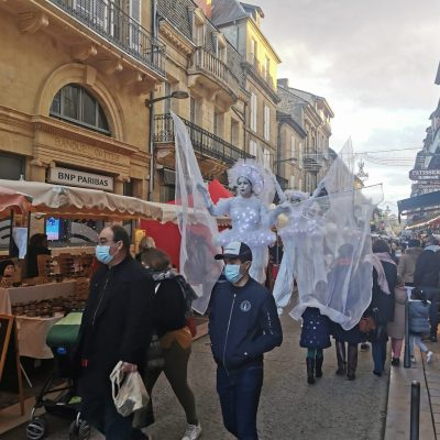 Les Féérix, échassiers luùineux dans les rues de Sarlat