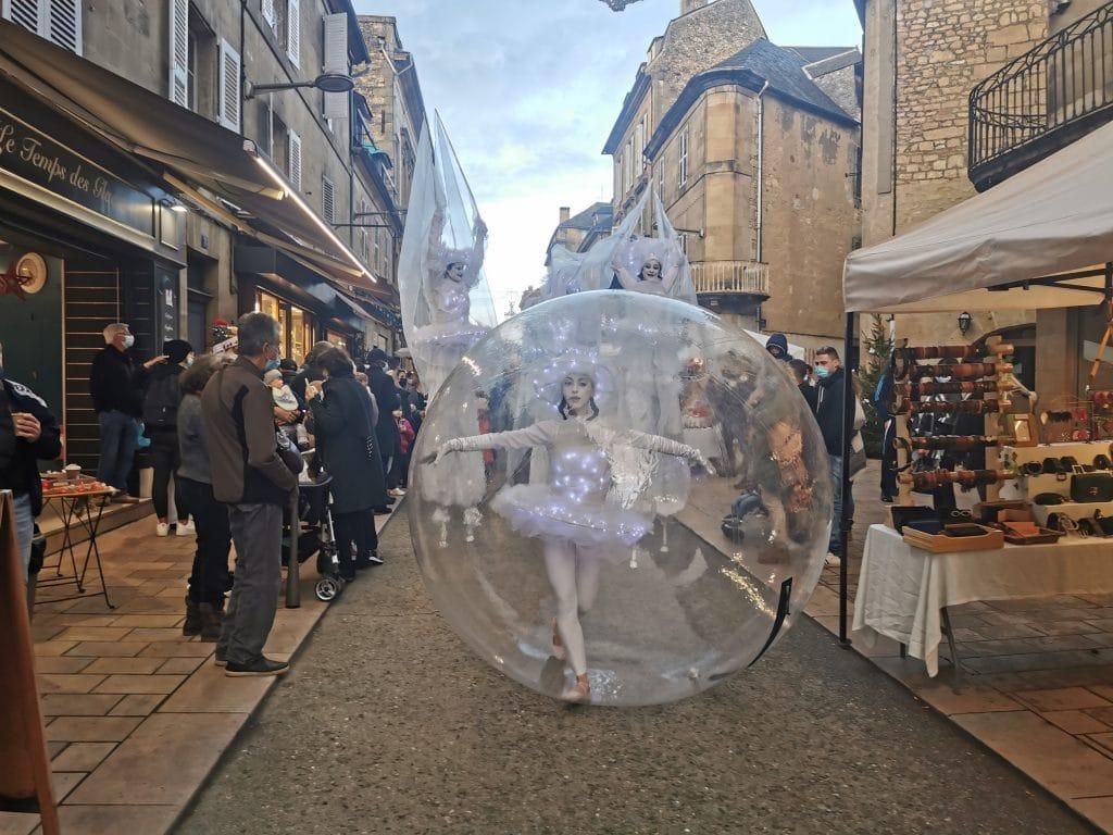Une danseuse-bulle lumineuse à Sarlat