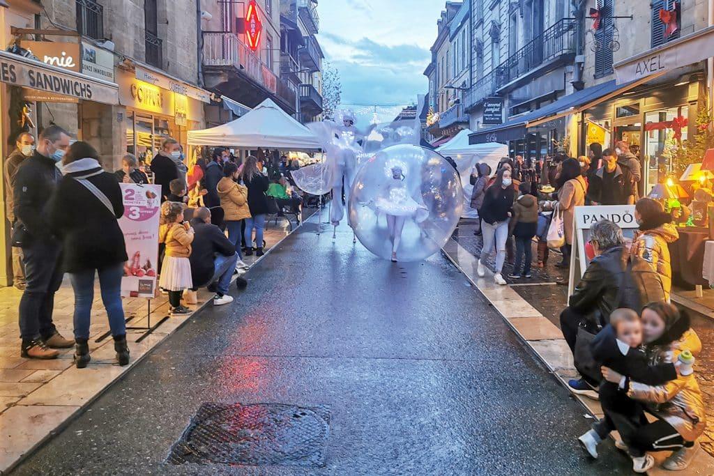 Déambulation d'une danseuse-bulle à Sarlat