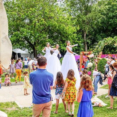 Les Welcome, danseuses sur échasses au milieu du public de Levallois-Perret
